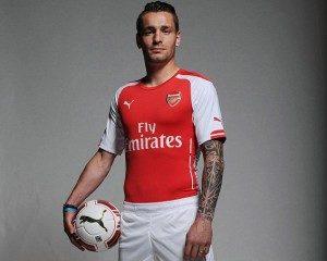 Mathieu Debuchy lors de présentation du maillot d'Arsenal 2016-2017