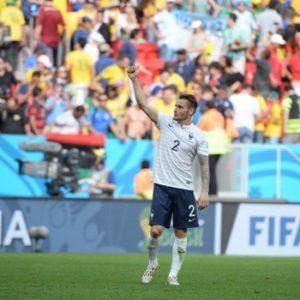 Mathieu Debuchy avec le maillot extérieur de l'équipe de l'équipe de France lors de la coupe du monde 2014 au Brésil